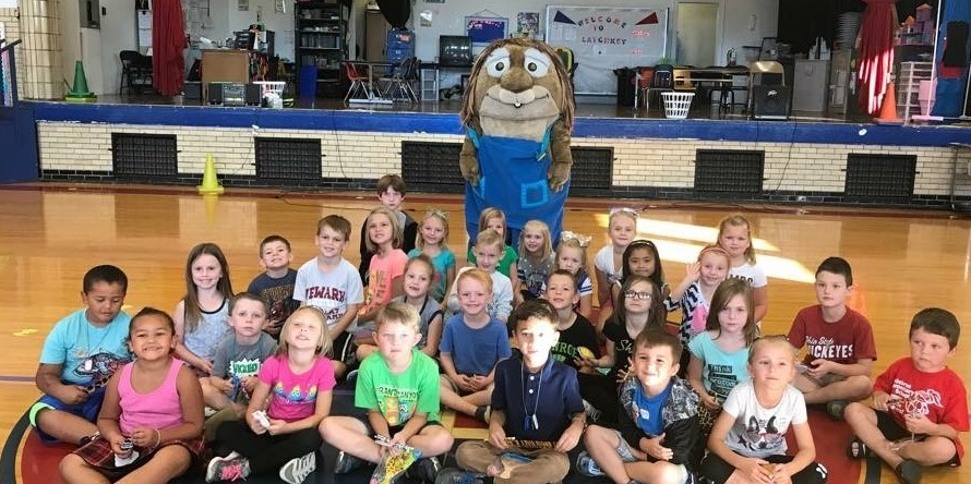 picture of elementary students being recognized for reading accomplishment