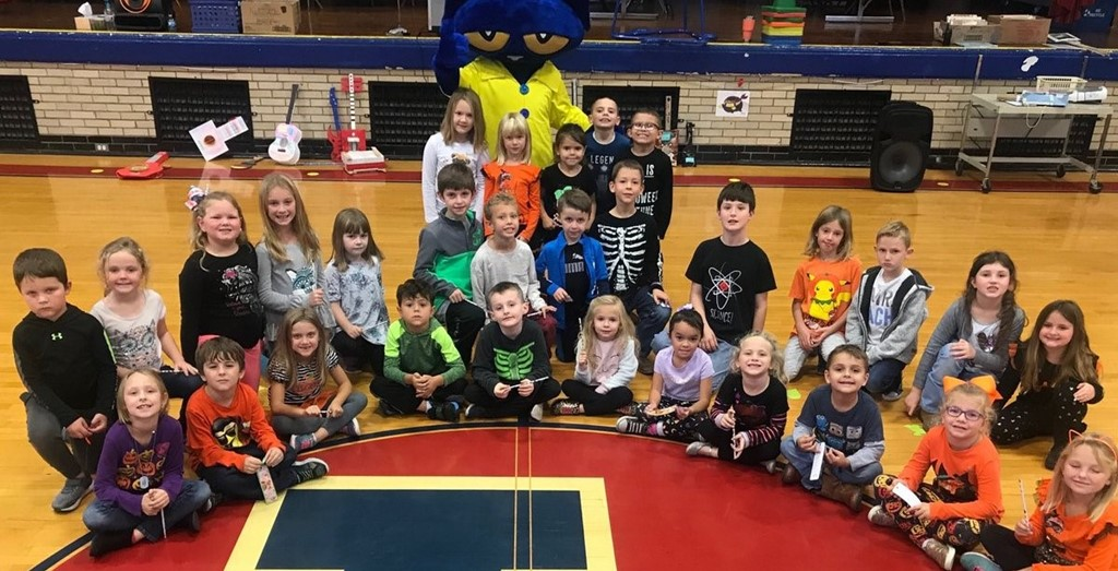 students posing with Pete the cat